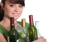 Mujer que recicla las botellas de cristal Foto de archivo