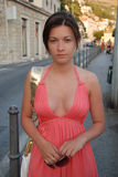 Mujer que recorre abajo de la calle Foto de archivo libre de regalías