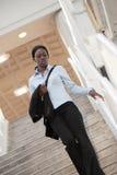 Mujer que recorre abajo de una escalera Foto de archivo libre de regalías