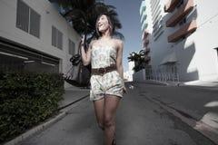 Mujer que recorre abajo del callejón Foto de archivo libre de regalías