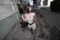 Mujer que recorre abajo del callejón Foto de archivo