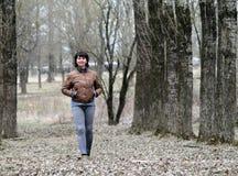 Mujer que recorre abajo del callejón Fotografía de archivo