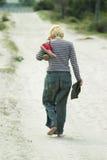 Mujer que recorre descalzo Fotografía de archivo libre de regalías