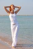 Mujer que recorre descalzo en la playa Fotografía de archivo libre de regalías