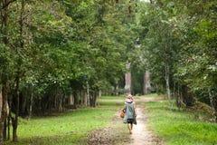 Mujer que recorre en bosque Foto de archivo libre de regalías