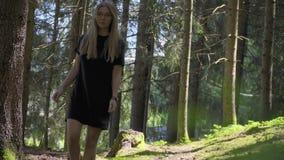Mujer que recorre en bosque almacen de video