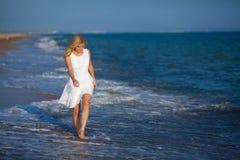 Mujer que recorre en el agua Imagen de archivo libre de regalías