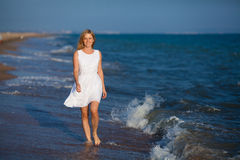 Mujer que recorre en el agua Imagenes de archivo