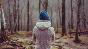 Mujer que recorre en el bosque fotos de archivo libres de regalías