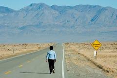 Mujer que recorre en el desierto Fotografía de archivo libre de regalías