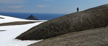 Mujer que recorre en el glaciar fotos de archivo libres de regalías