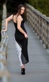 Mujer que recorre en el puente Imagen de archivo
