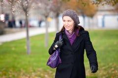 Mujer que recorre en invierno foto de archivo libre de regalías