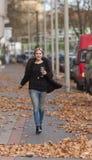 Mujer que recorre en la calle Foto de archivo libre de regalías