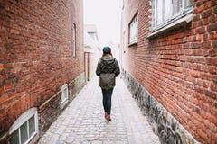 Mujer que recorre en la calle Fotos de archivo libres de regalías