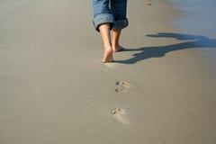Mujer que recorre en la playa Fotografía de archivo libre de regalías