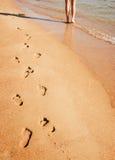 Mujer que recorre en la playa Fotos de archivo libres de regalías