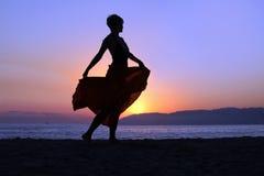 Mujer que recorre en la playa Imagen de archivo libre de regalías