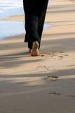 Mujer que recorre en la playa Imágenes de archivo libres de regalías