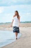 Mujer que recorre en la playa de la arena Fotografía de archivo libre de regalías
