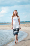 Mujer que recorre en la playa de la arena Imagen de archivo libre de regalías