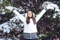 Mujer que recorre en parque del invierno Fotografía de archivo libre de regalías