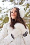 Mujer que recorre en parque del invierno Imágenes de archivo libres de regalías
