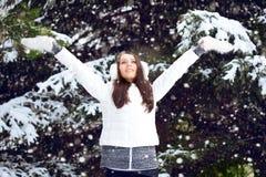 Mujer que recorre en parque del invierno Foto de archivo libre de regalías
