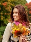 Mujer que recorre en parque del otoño Fotografía de archivo