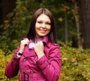 Mujer que recorre en parque del otoño Fotos de archivo libres de regalías