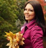 Mujer que recorre en parque del otoño Imágenes de archivo libres de regalías