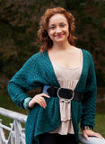 Mujer que recorre en parque del otoño Fotografía de archivo libre de regalías