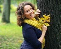 Mujer que recorre en parque del otoño Foto de archivo