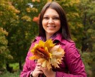 Mujer que recorre en parque del otoño Fotos de archivo