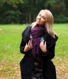 Mujer que recorre en parque del otoño Imagen de archivo libre de regalías