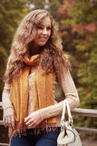Mujer que recorre en parque del otoño Foto de archivo libre de regalías