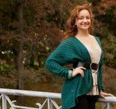 Mujer que recorre en parque del otoño Imagen de archivo