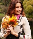 Mujer que recorre en parque del otoño Imagenes de archivo