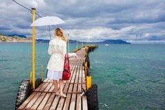 Mujer que recorre en pasarela del mar Foto de archivo