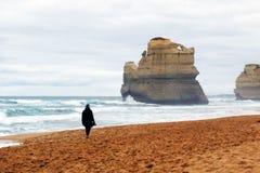 Mujer que recorre a lo largo de la orilla Imagen de archivo libre de regalías
