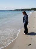 Mujer que recorre por el océano Fotografía de archivo libre de regalías
