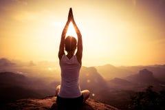 Mujer que reflexiona sobre el pico de montaña de la salida del sol fotos de archivo