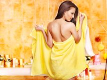 Mujer que relaja en casa el baño. Fotos de archivo