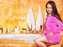 Mujer que relaja en casa el baño. Imagen de archivo