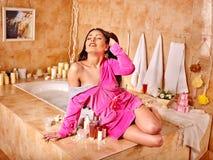 Mujer que relaja en casa el baño Fotos de archivo libres de regalías