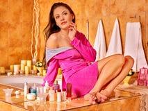 Mujer que relaja en casa el baño Imagen de archivo