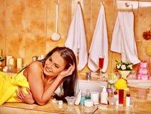 Mujer que relaja en casa el baño Imágenes de archivo libres de regalías