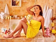 Mujer que relaja en casa el baño Fotografía de archivo