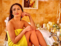 Mujer que relaja en casa el baño Imagenes de archivo