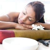 Mujer que relaja y que disfruta de un día en el balneario Imagen de archivo libre de regalías